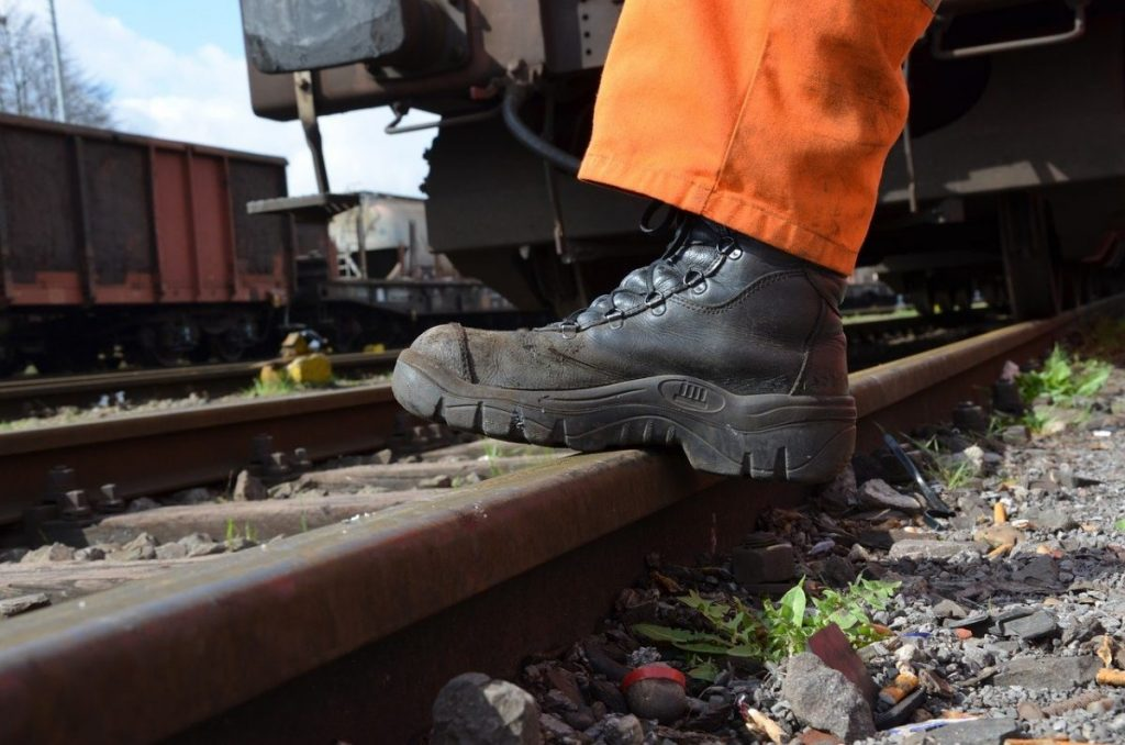 Making employees pay for safety shoes: is that allowed?